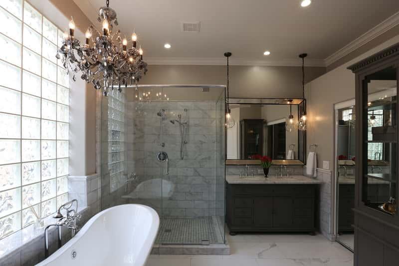 Nowoczesna aranżacja łazienki z żyrandolem pod sufitem, a także nowoczesne łazienki, najlepsze projekty, rozwiązania, aranżacje, porady