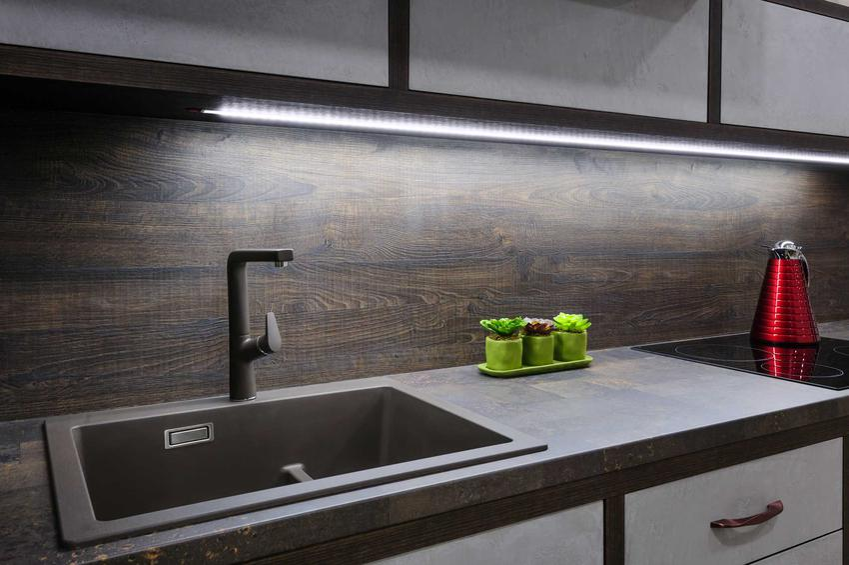Ściemniacz oświetlenia LED nadaje się do kontrolowania oświetlenia na taśmach LED różnego rodzaju, na przykład w zabudowie kuchennej.