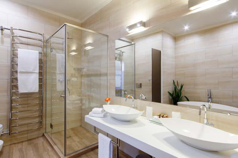 Oświetlenie łazienkowe nad lustrem oraz halogeny, a także jak zaplanować oświetlenie łazienkowe krok po kroku