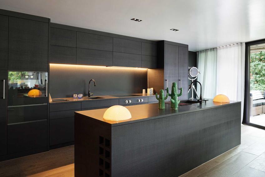 Podszafkowe oświetlenie do kuchni to świetne rozwiązanie. Ułatwia pracę w kuchni i przygotowanie potraw, a na dodatek jest bardzo estetyczne