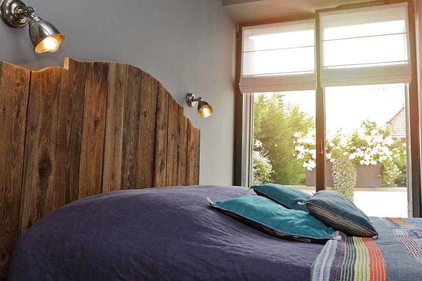Lampy ścienne w sypialni to idealne rozwiązanie. Są dyskretne, a dobrze oświetlają łóżko na przykład w czasie czytania ksiażki przed snem.