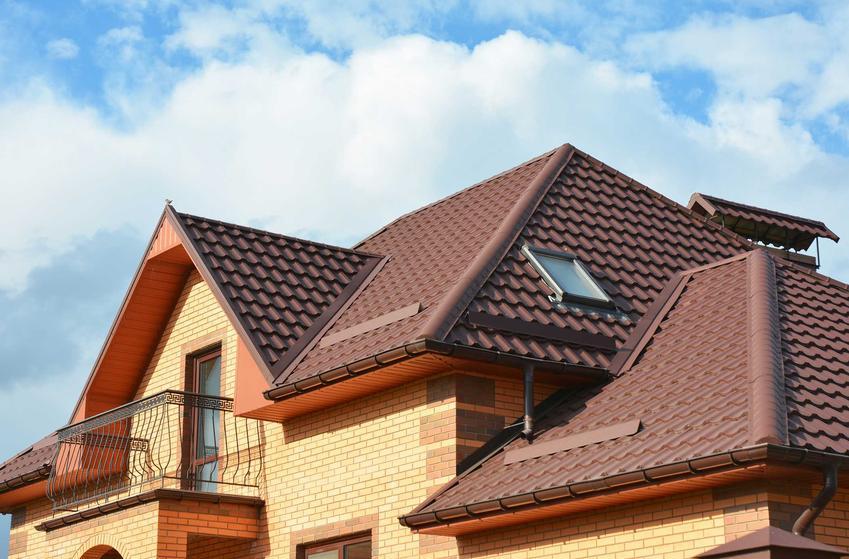 Blacha na dach to najczęstszy wybór. Blachodachówki lub blacha trapezowa najlepiej się sprawdza i ma niezbyt wysokie ceny