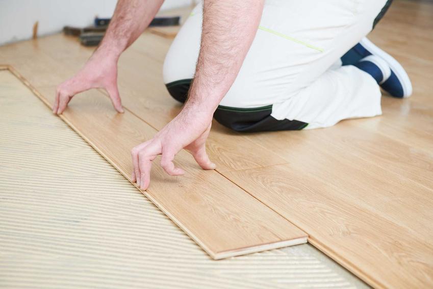 Mata wygłuszająca pod panele to świetne rozwiązanie. Dobrze sprawdza się na podłogę. Wspaniale wycisza kroki.