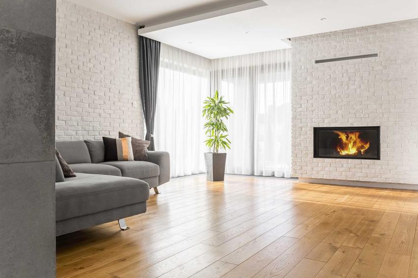 Podłoga dębowa wspaniale się prezentuje w salonach i w sypialniach. Jest trwała i ma neutralny, ciepły kolor, który dobrze się sprawdza.