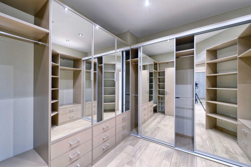 Garderoby na wymiar świetnie się sprawdzają w wielu sytuacjach. Mogą mieć dość wysokie ceny, jednak możliwości aranżacyjne i wymiary są bardzo duże.
