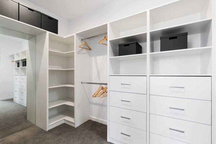 Szafa wnękowa jest bardzo praktyczna i bardzo przydatna. Można zrobić projekt i zrobić szafę na zamówienie, ale ceny są dość wysokie.