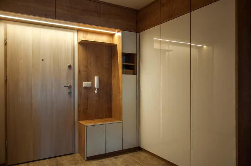 Brązowo-biała szafa na zamówienie z oświetleniem, a także szafy do zabudowy krok po kroku - zalety i wady, opnie i ceny