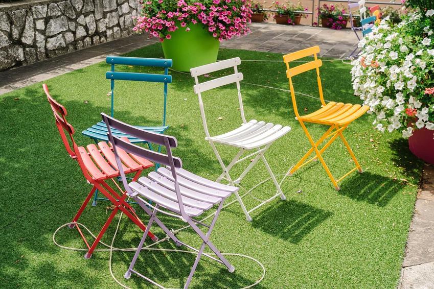 Sztuczna trawa na taras to  świetne rozwiązanie. Montaż sztucznej trawy jest bardzo prosty, wystarczy tylko mocniej podociskać i zadbać o to, by elementy się dobrze skleiły.