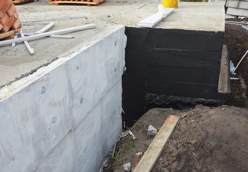 Izolacja fundamentów lekka jest stosowana, jeśli budynek znajduje się dużo powyżej wód gruntowych, na bardziej suchym podłożu. W takich warunkach jest wystarczająca.