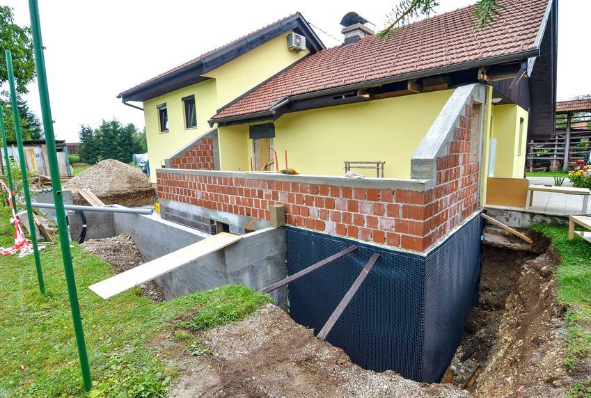 Izolacja fundamentów domu cięzka jest wykonywana na podmokłych terenach i gliniastym podłożu, ponieważ to najlepsza izolacja przeciwwodna i przeciwwilgociowa.