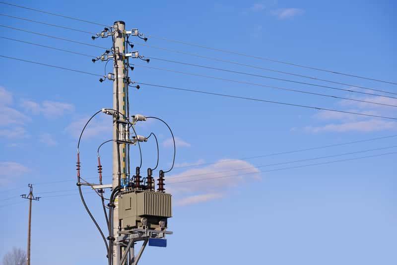 Słup elektryczny na działce, a także informacje dotyczące służebności przesyłu, sposób ustanowienia służebności przesyłu oraz porady