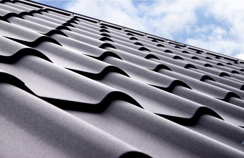 Blachodachówka ocynkowana wspaniale się prezentuje. Dach jest trwały, ale o wiele tańszy, niż w przypadku dachówek ceramicznych.
