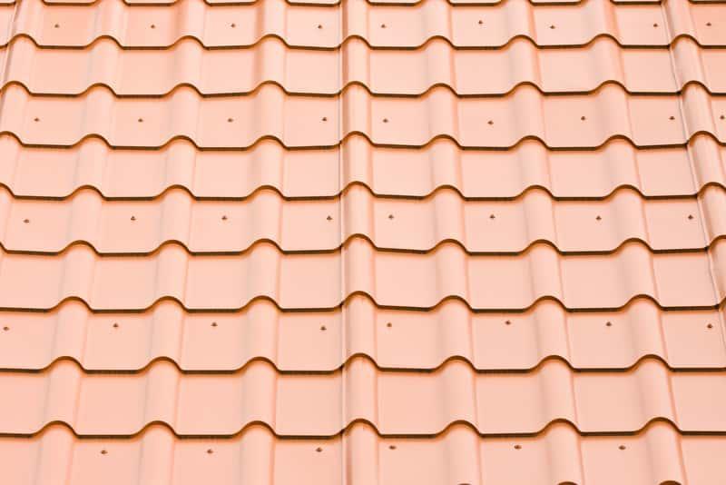 Cena blachodachówki jest znacznie niższa niż blachy na dach. Koszt jest zróżnicowany ze względu na grubość materiału.