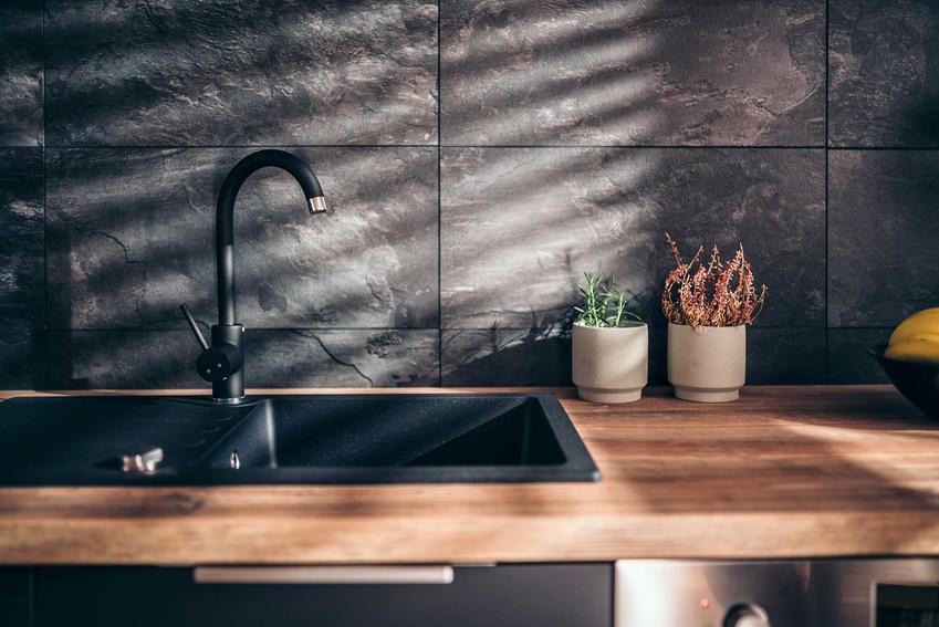 Płytki do kuchni to jeden z najważniejszych elementów wykończenia. Glazura i terakota potrafią być dość drogie, ale są bardzo praktyczne i trwałe.