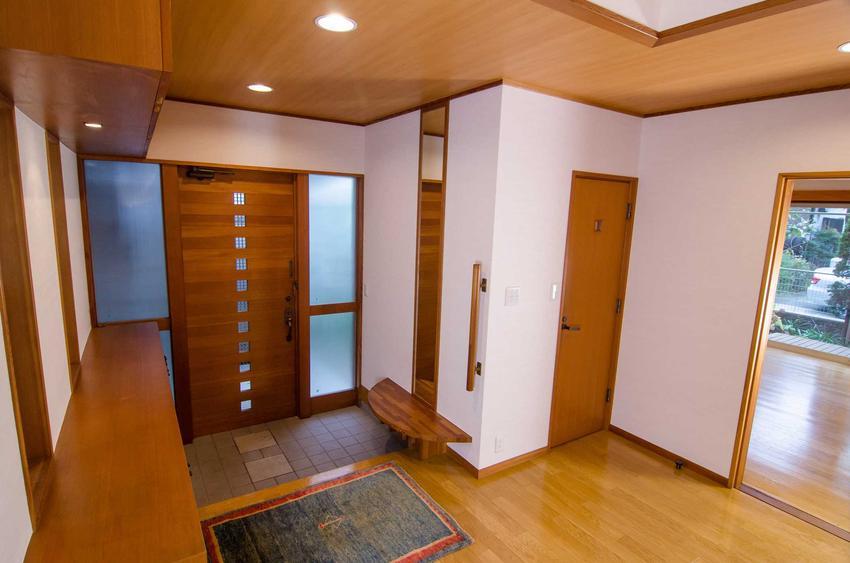 Ocieplenie drzwi wejściowych i wyciszenie to bardzo dobre rozwiązanie. Najbardziej przydaje się przede wszystkim w mieszkaniu w bloku.