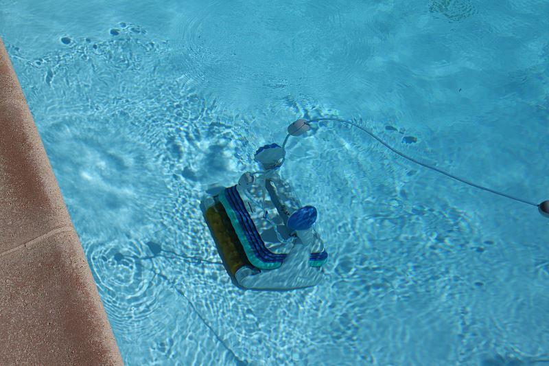 Odkurzanie basenu i czyszczenie basenu to bardzo ważne elementy utrzymania go w odpowiednim stanie. Jest bardzo wiele możliwości, by zachować czystą wodę w basenie.