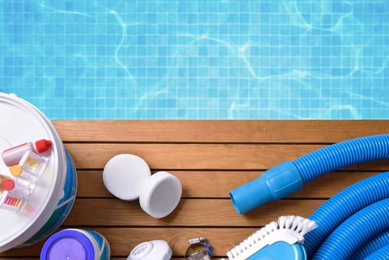 Odkurzacz do basenu na brzegu basenu, a także najlepsi producenci i modele, rodzaje oraz cena różnych odkurzaczy basenowych
