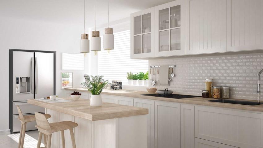 Biała kuchnia z blatem na wysoki połysk to świetne rozwiązanie. Dobór blatu jest bardzo prosty, a biała kuchnia to pomysł który sprawdzi się w każdym stylu