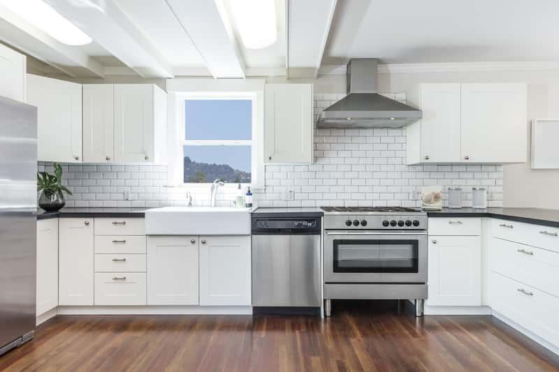 Biała kuchnia z cegiełką na ścianie, a także inspiracje, projekty i porady, jak urządzić białą kuchnię w mieszkaniu krok po kroku