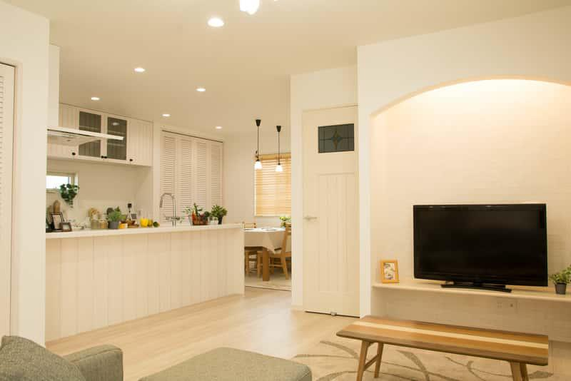 Biała rustykalna kuchnia otwarta na salon krok po kroku, a także najlepsze projekty, inspiracje, zdjęcia oraz porady