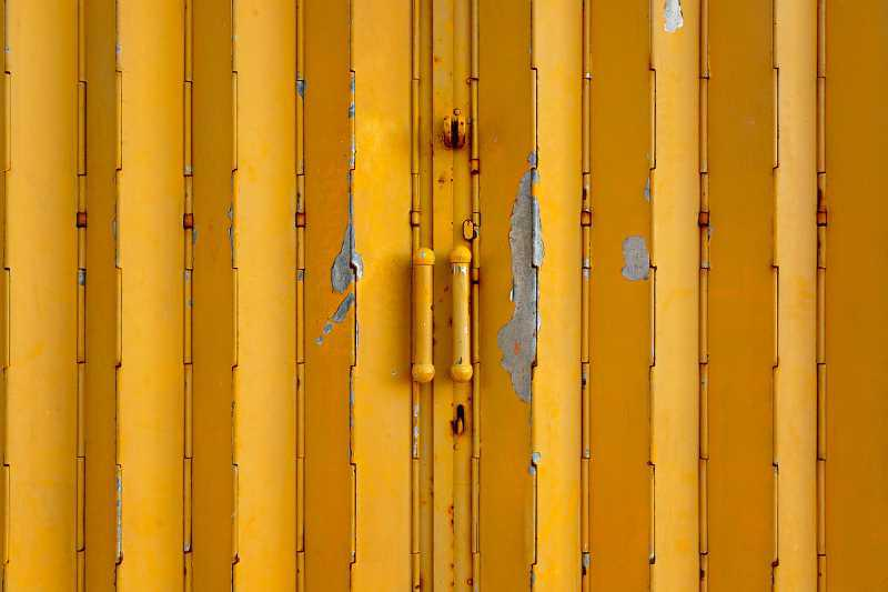 Drewniane drzwi harmonijkowe w żółtym kolorze, a także rodzaje drzwi, standardowe wymiary, najlepsze modele oraz ceny