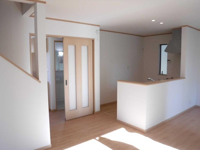 Drzwi łamane dobrze się sprawdzają w pomieszczeniach o niewielkiej powierzchni. Ich ceny nie są wysokie, ale wymagają montażu w czasie remontu lub budowy.
