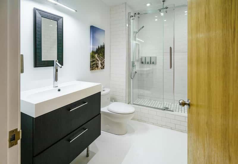 Drewniane drzwi łazienkowe do małej łazienki, a także rodzaje drzwi, ceny, producenci oraz zastosowanie krok po kroku