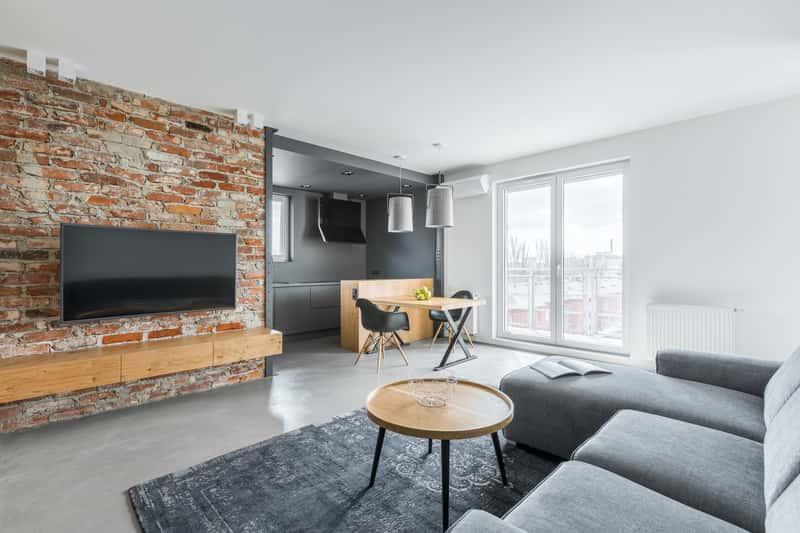 Imitacja cegły na ścianie w nowoczesnym salonie krok po kroku, czyli ściany wewnętrzne oraz zewnętrzne, ceny, zastosowanie, montaż