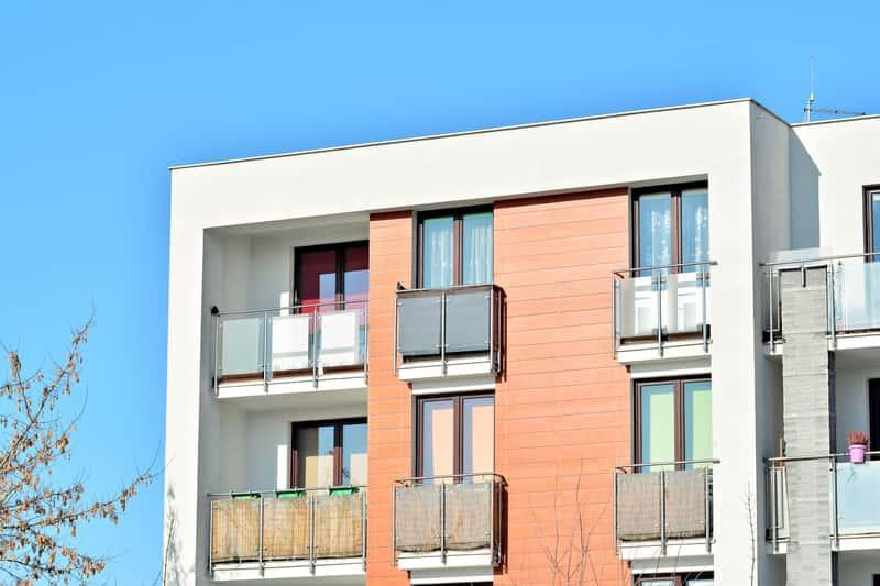 Nowoczesny blok deweloperski, a także informacje, ile mieszkań oddaje się rocznie do użytku w Polsce