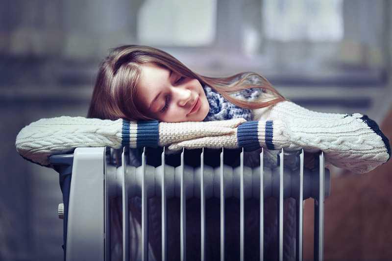 Grzejnik elektryczny i przytulająca się do niego dziewczynka, a także modele grzejników elektrycznych, rodzaje, ceny, zastosowanie, wybór