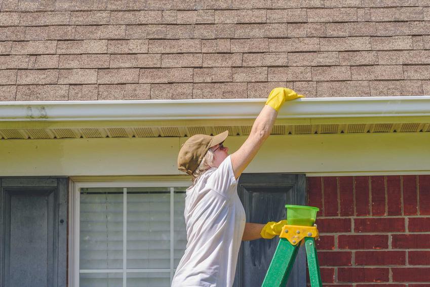 Czyszczenie rynien w domu jednorodzinnym jest bardoz ważnym elementem pielęgnacji i utrzymania budynku