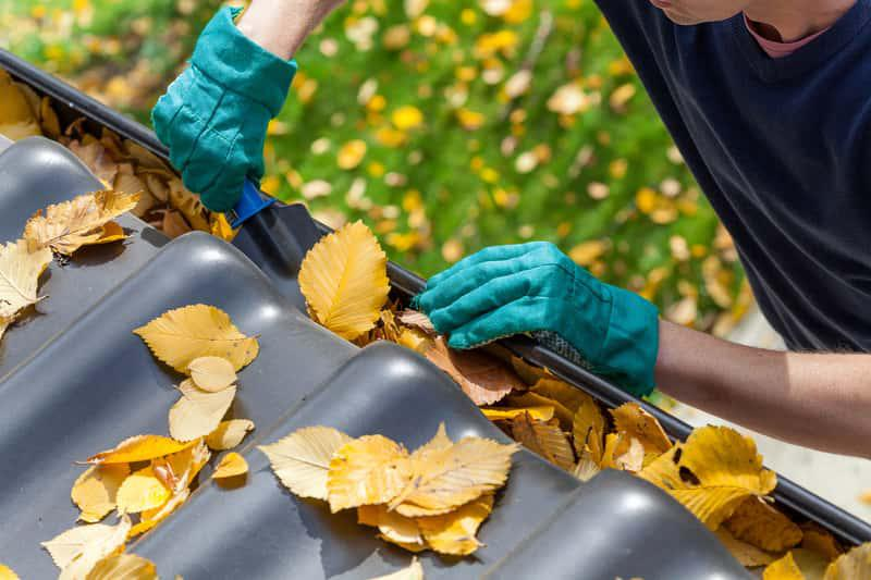 Czyszczenie rynien ze starych liści, a także informacje, jak czyścić rynny w domu jednorodzinnym krok po kroku