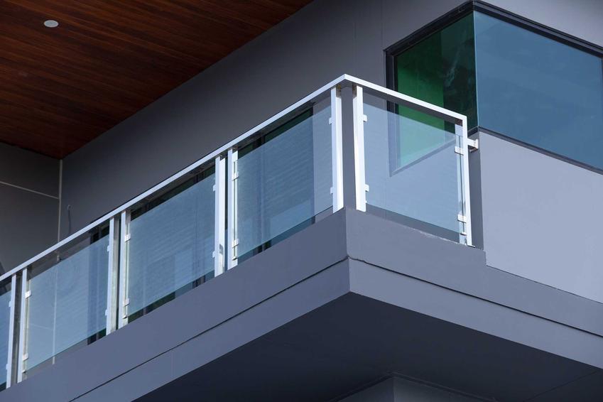 Metalowe balkony tarasowe to świetne rozwiązanie. Można wykorzystać także drewno lub kutą stal.