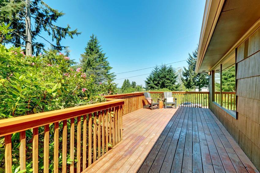 Zewnętrzne balustrady drewniane są bardzo atrkacyjne. Naturalne drewno dobrze wpisuje się w ogród w każdym stylu.