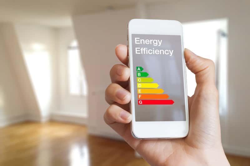 Telefon komórkowy wyświetlający stopnie świadectwa energetycznego, a także czy mieszkanie potrzebuje świadectwa energetycznego?