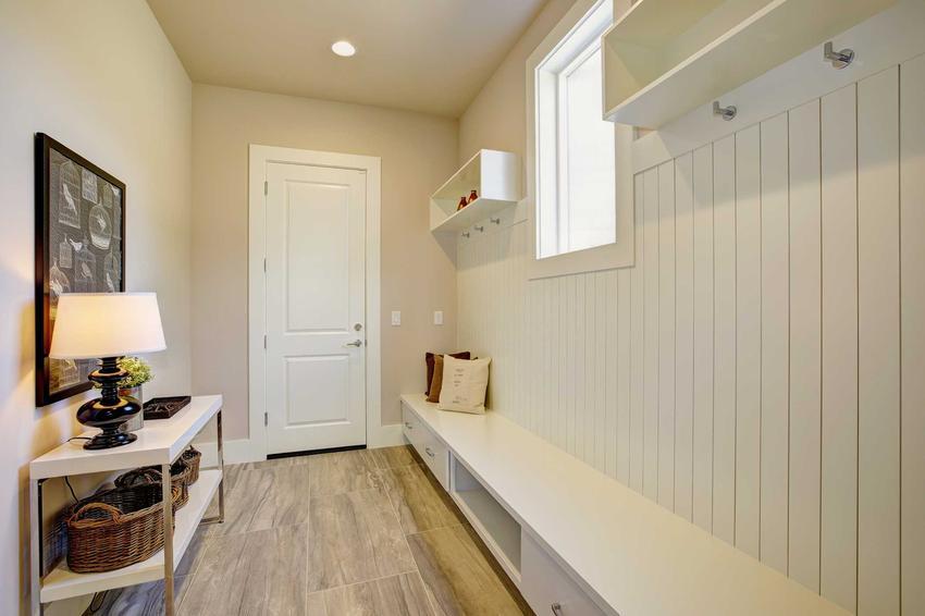Urządzenie małego przedpokoju w bloku nie jest łatwe. Pomieszczenie musi być funkcjonalne, a przy tym ładnie i starannie wykończone.