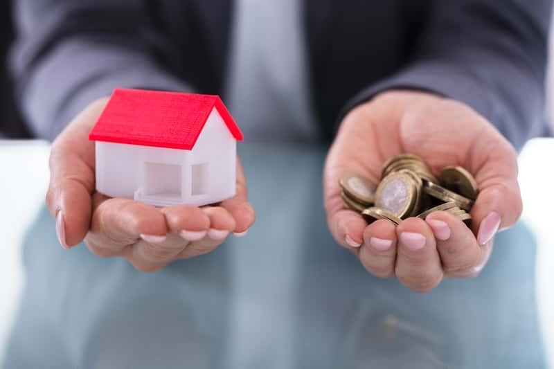 Podatek adiacencki symbolizowany przez pieniądze trzymanie w dłoni mężczyzny, a także do kiedy trzeba wpłacić opłatę i podstawowy koszt