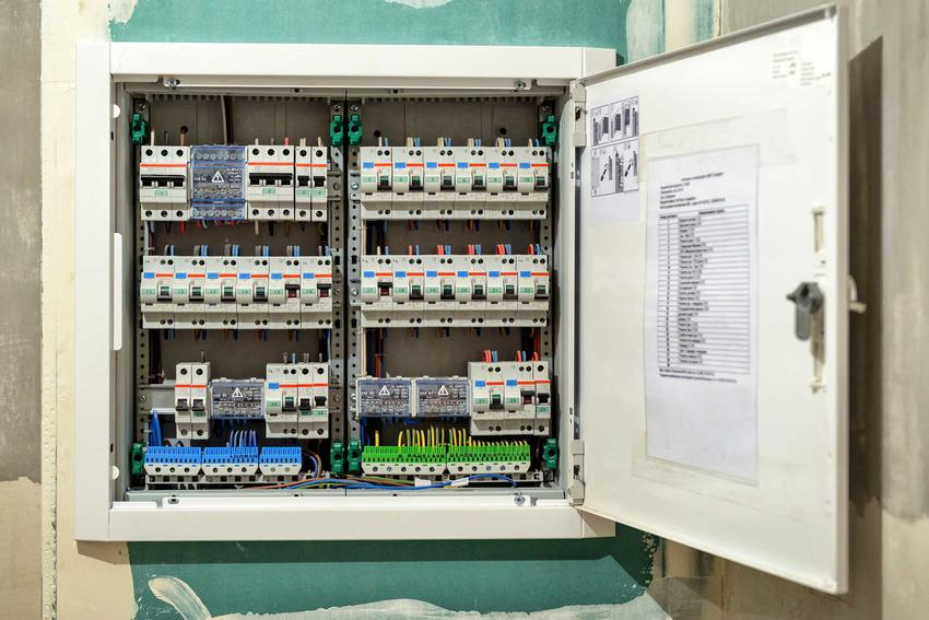 Wyłącznik nadprądowy to jeden z najważniejszych elementów instalacji elektrycznej. Cena nie jest wysoka, ale podłączenie powinno zostać wykonane przez doświadczonych specjalistów