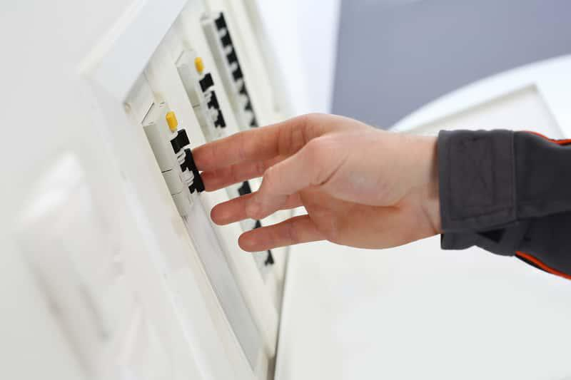 Skrzynka z apetkami, a także co to jest wyłącznik nadprądowy w domu, zastosowanie, ceny instalacji, czy warto