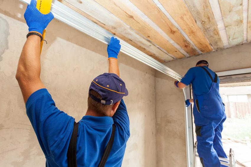 Koszt budowy garażu zależy od wielu czynników, a największym jest chyba robocizna, czyli zatrudnienie robotników. Ekipa budowlana w ciągu kilku dni jest w stanie postawić garaż i przystosować go do użytku.