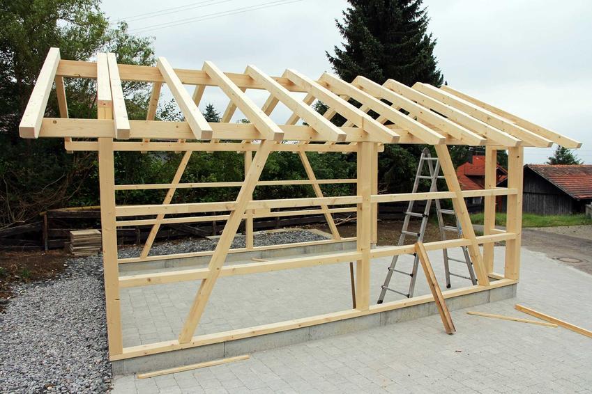 Budowa garażu wolnostojącego zaczyna się od postawienia odpowiedniego szkieletu zdrewna. Lokalizacja garażu na działce jest kluczowa. Od tego zależy jego wielkość, projekt i funkcjonalność.