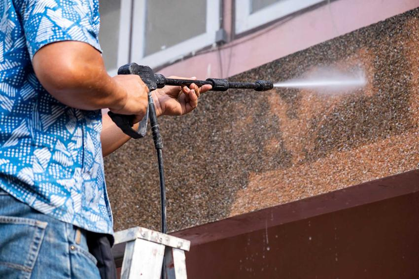 Mycie elewacji z glonów i porostów najlepiej wykonać myjką pod ciśnieniem. To najlepszy sposób na dokładne wyczyszczenie budynku ze wszystkich stron.