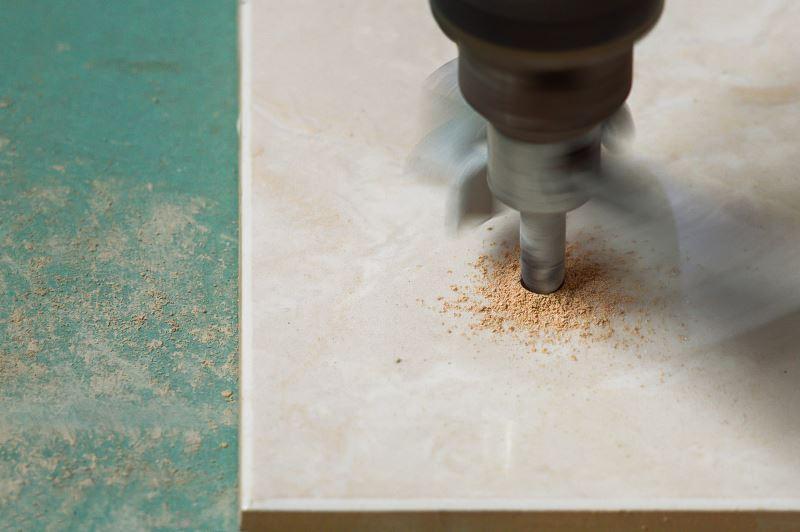Najlepsze wiertło do płytek to takie, które jest maksymalnie ostre i robi równe, czyste otwory. Ceny wierteł do płytek nie są wysokie.