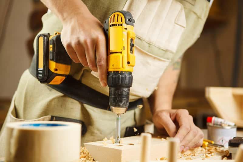 Wiertła do drewna w wiertarce w czasie pracy, a także rodzaje wierteł, na przykład piórowe, łopatkowe oraz inne i ich ceny