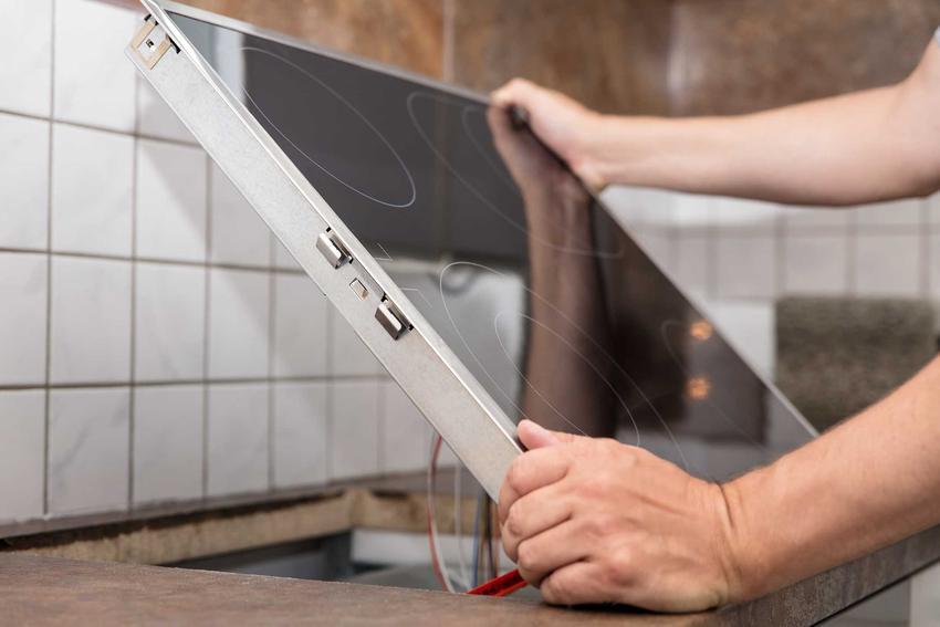 Wybór i montaż AGD to już ostatni etap remontu kuchni. W przypadku niektórych sprzętów AGD należy zatrudnić specjalistę, który je podłączy.