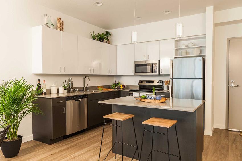 Remont kuchni zaczyna się od zmian ścian i podłóg. Najczęściej wykłada się je płytkami. Warto to zlecić doświadczonym specjalistom