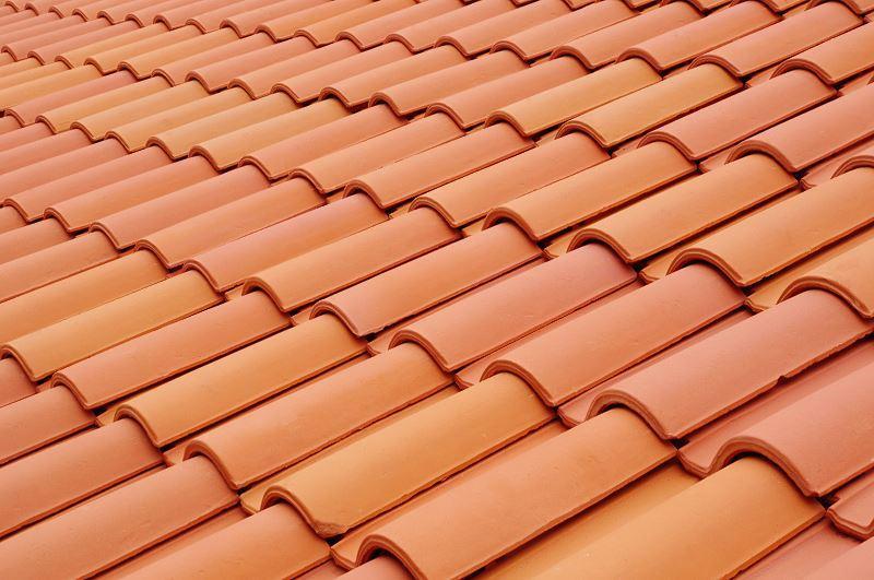 Dachówka ceramiczna to jedno z najlepszych rozwiązań. Dachówki są trwałe, ale niestety dosć drogie i ciężkie, więc nie wszędzie dobrze się sprawdzają.