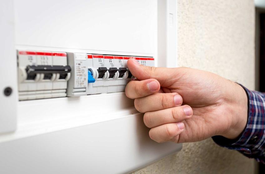 Rozłącznik bezpiecznikowy powinien znajdować się w każdej domowej instalacji elektrycznej. Jest pierwszym punktem ochrony, stanowiącym główny wyłącznik awaryjny.