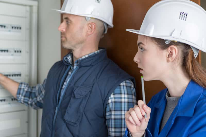 Rozłącznik bezpiecznikowy i naprawiający go elektryk, a także rozłącznik izolacyjny, zastosowanie, znaczenie krok po kroku