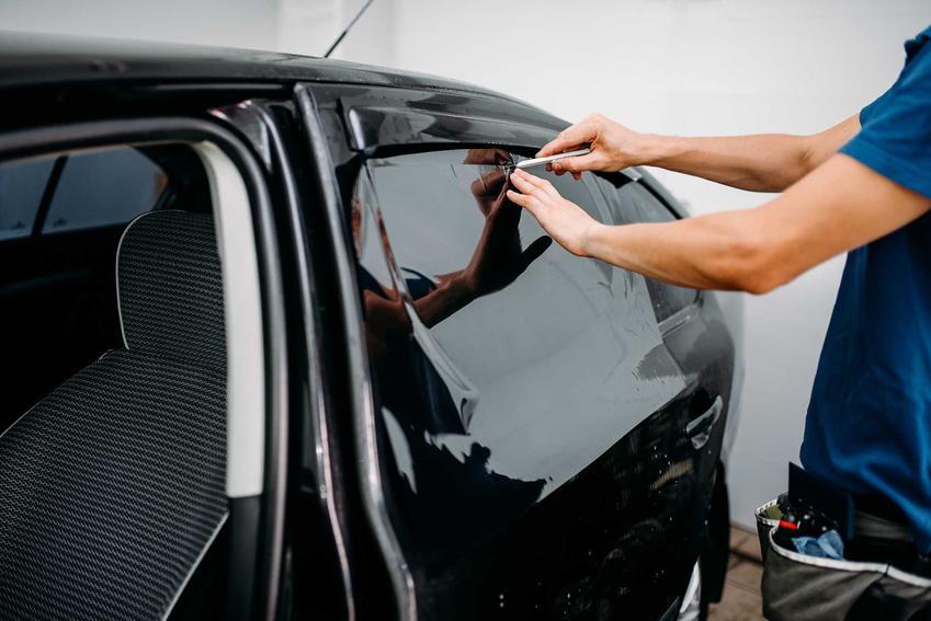Folia samoprzylepna o działaniu zaciemniającym pozwala na zwiększenie komfortu jazdy i zacienienie wnętrza pojazdu. Jej montaż można wykonać samodzielnie.